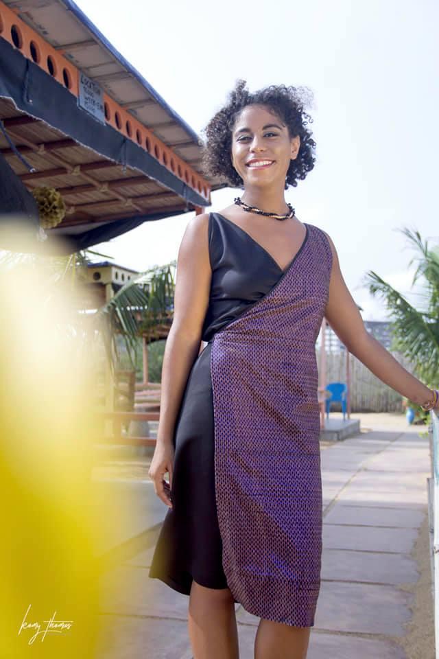 Jeune femme portant une robe en pagne tissé by Môoda