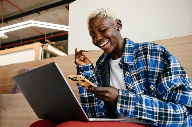 Jeune qui prête à attirer et générer des ventes grâce ) son site web